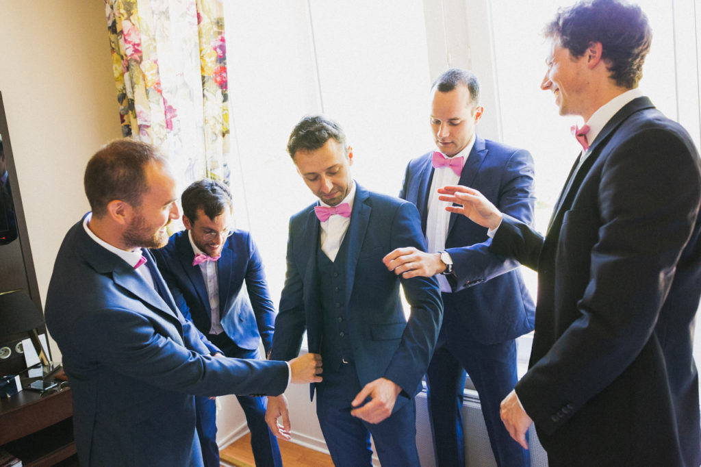 coiffure de la mariée photographe de mariage à Quimper Pont Labbe préparatifs du marié au manoir de Kerhuel
